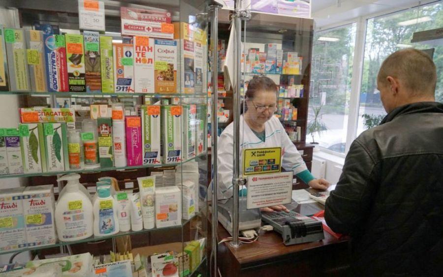 Мужчина делает покупку в аптеке