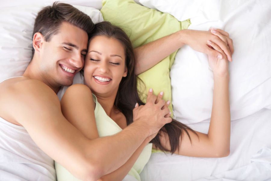 Счастливая пара в постели