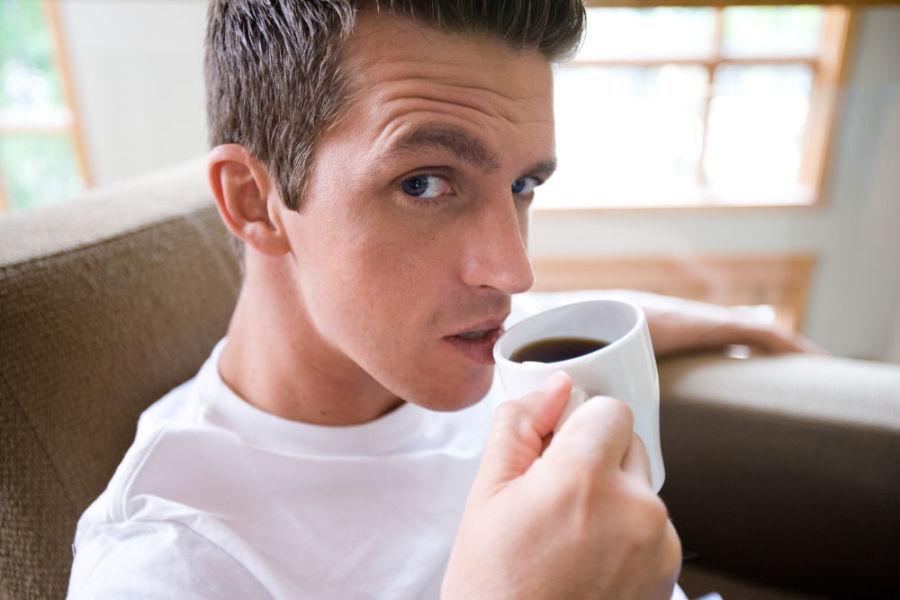 Парень пьет кофе
