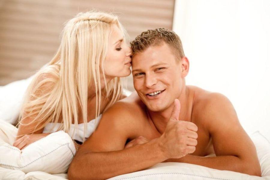 Мужчина с девушкой в постели