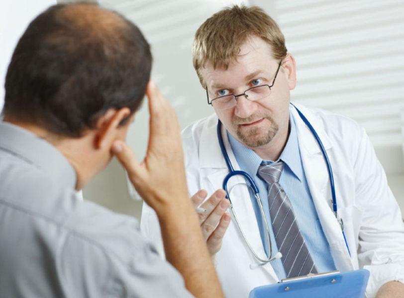 Мужчина на консультации у доктора