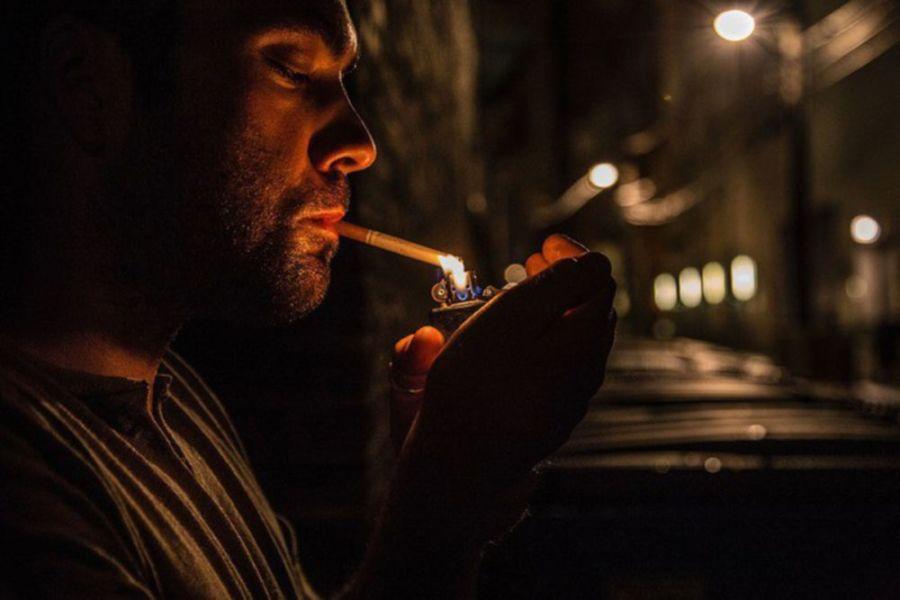 Подкуривание сигареты