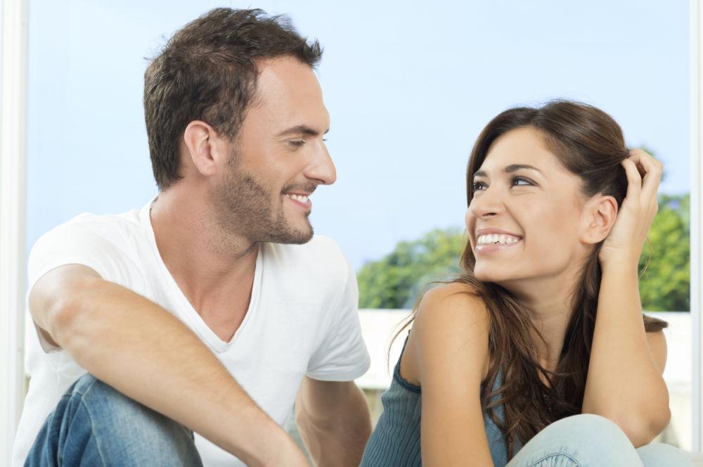 Пара улыбается друг другу