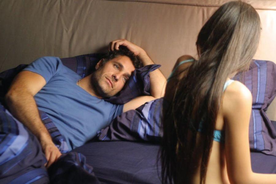 Мужчина смотрит на девушку